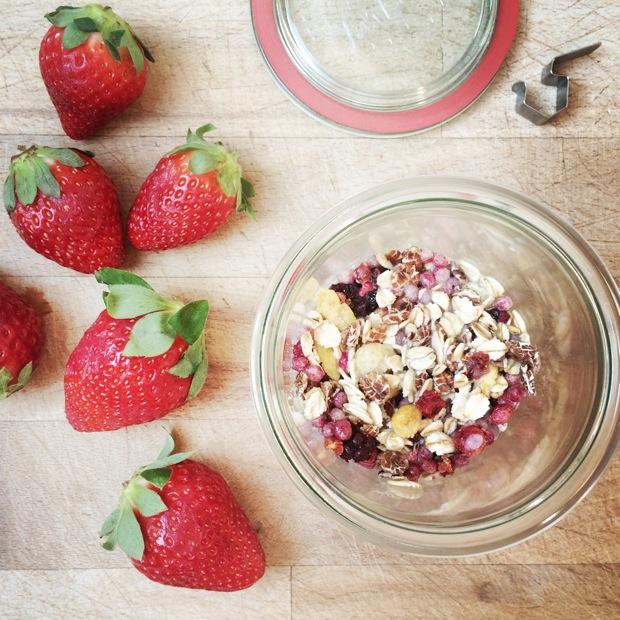 Beeren Urkornmüsli Overnight Oats mit frischen Erdbeeren