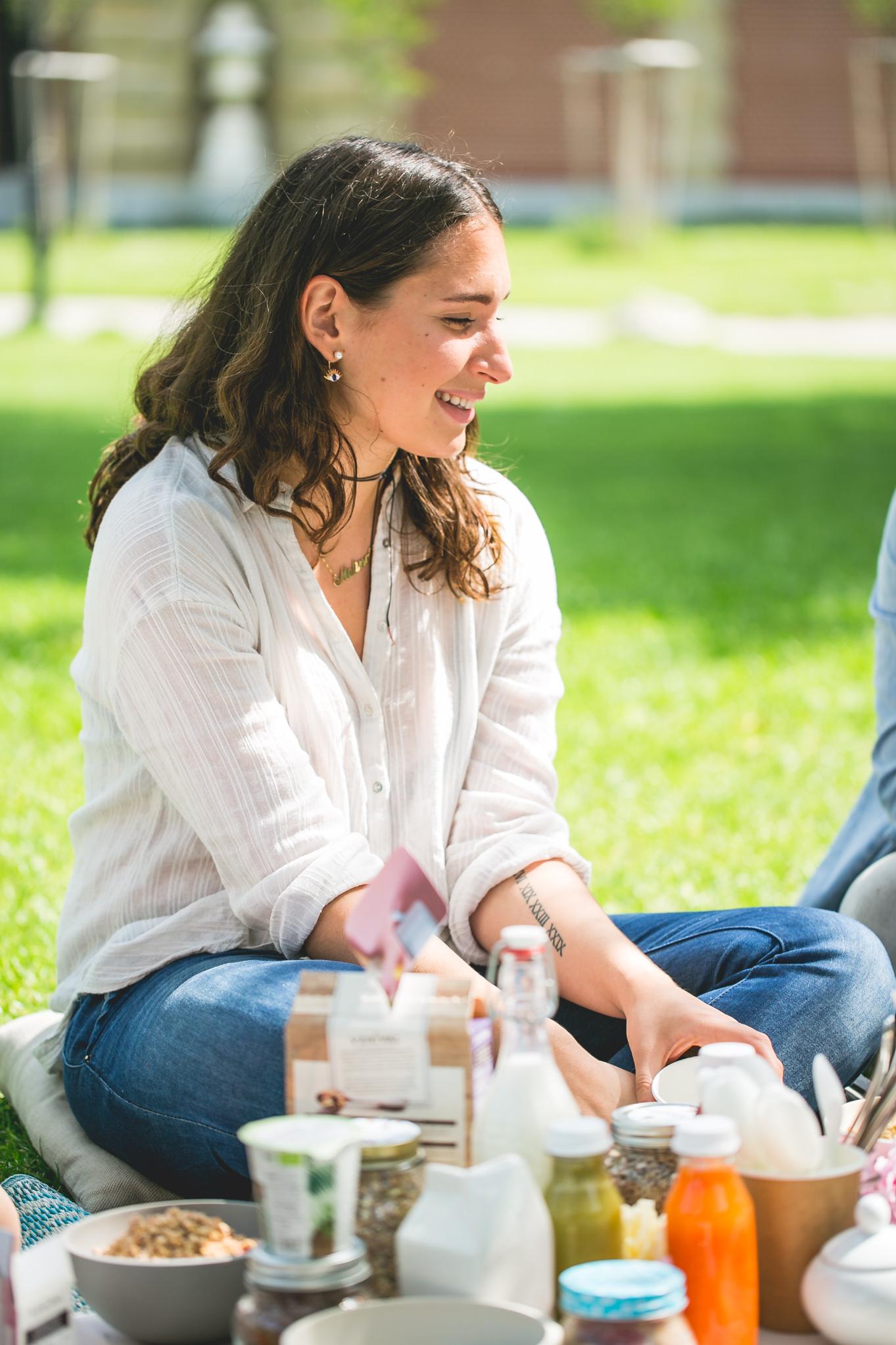 Melina von About that Food picknickt gerne im Augarten © Florence Stoiber