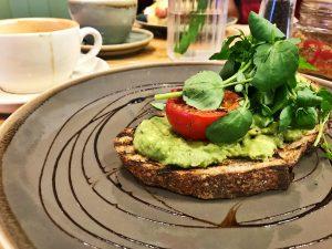 Mittlerweile (berechtigterweise) ein echter Klassiker: Knuspriger Avocado Toast