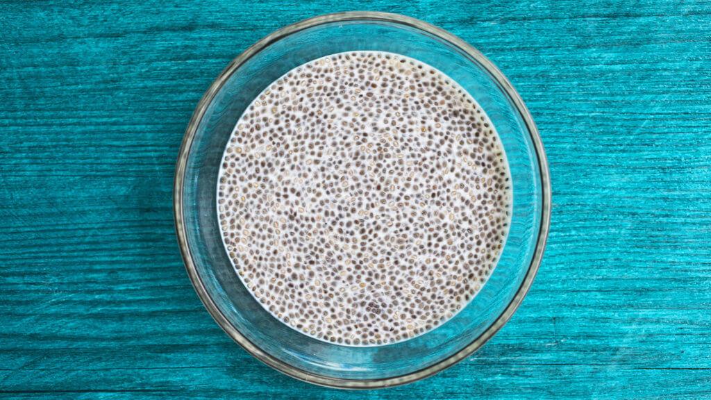 Chia Pudding besteht aus in Flüssigkeit aufgequollenen Chia Samen