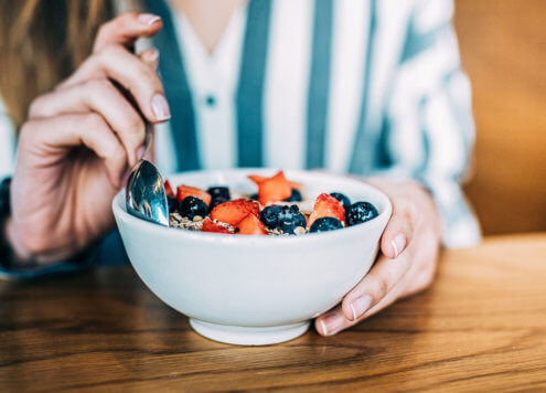 Frau isst gesundes Porridge