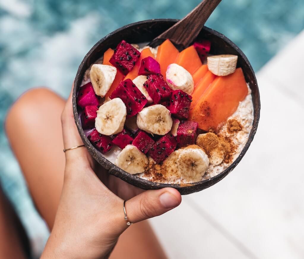 Colazione vegana frutta colorata