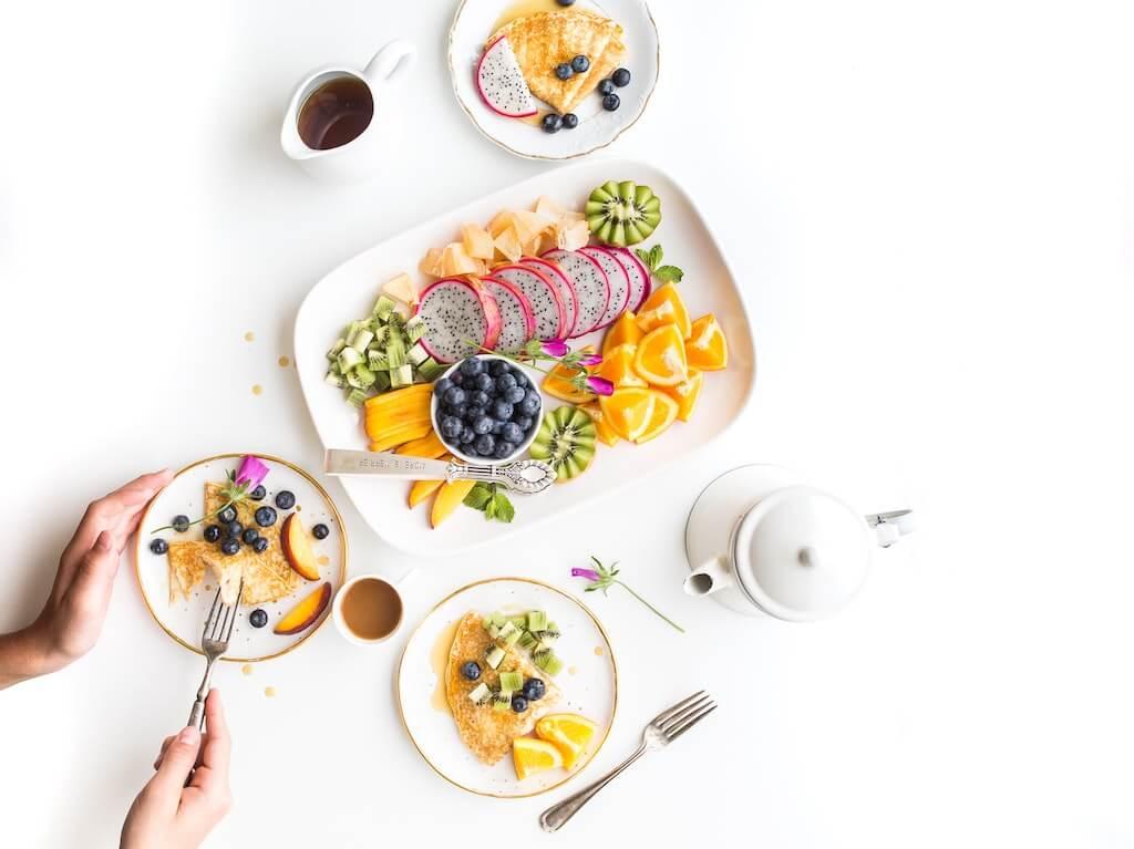 Ein Bild, das Teller, Tisch, drinnen, Essen enthält.  Automatisch generierte Beschreibung