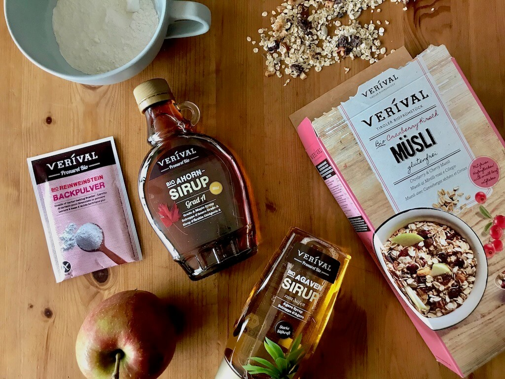 Ingredienti per barrette vegane e senza zucchero di cereali di ciliegie e mirtilli rossi