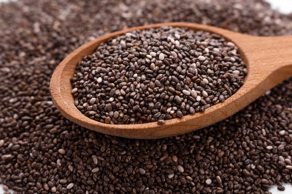 Ballaststoffreiche Lebensmittel wie Chiasamen sorgen für eine gesunde Darmflora